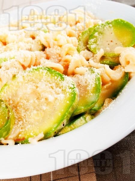 Фузили (паста) с тиквички и сирене моцарела - снимка на рецептата